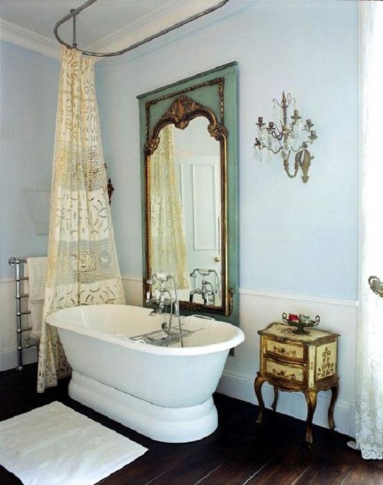 Красивое античное зеркало добавит элегантности в пространство ванной комнаты.