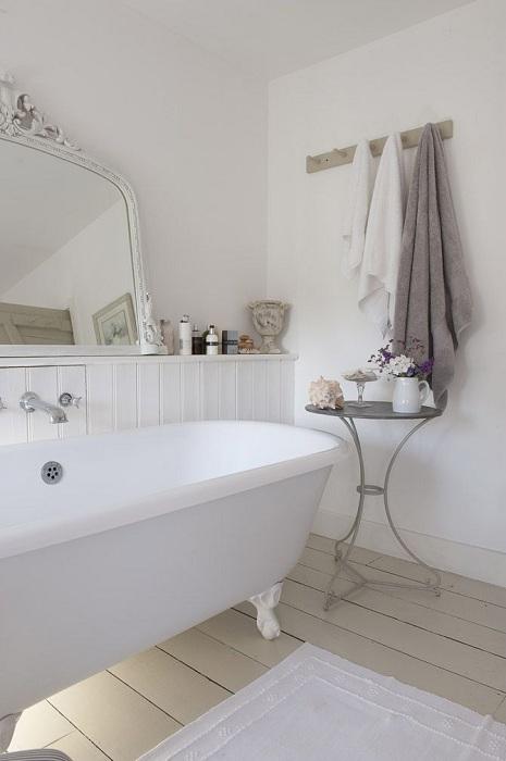 Небольшой журнальный столик в ванной, позволит разместить букет цветов.