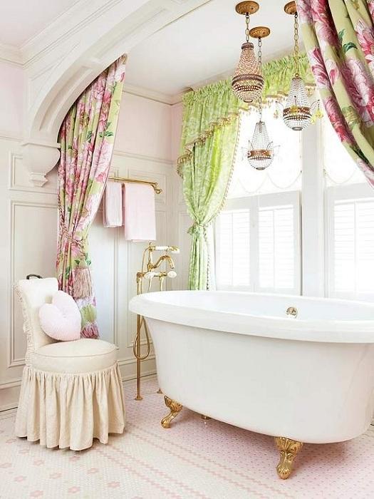 Украшение ванной комнаты розовыми и зелеными занавесками с золотыми и серебряными канделябрами.