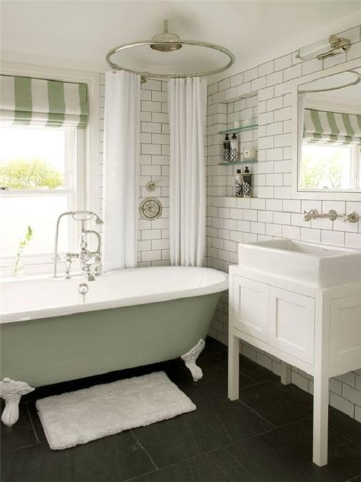 Ванная комната с интересным светильником и белой настенной плиткой.