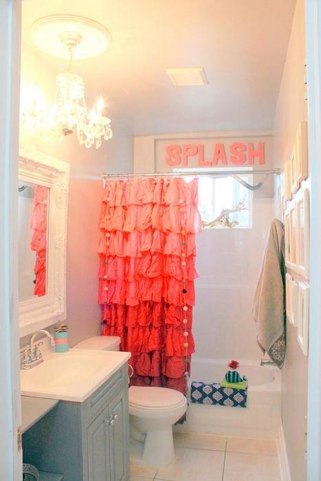 Ярко-оранжевая занавеска из ткани, украсит любую ванную комнату.