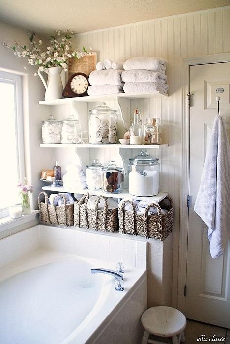 Старинный интерьер в ванной комнате с устаревшими часами и корзиной ручной работы.
