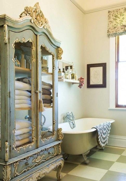 Дизайн туалетной комнаты с расписным шкафом в античном стиле.