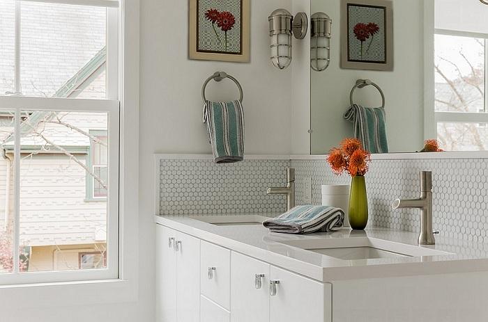 Минималистическая ванная комната облагорожена благодаря круглой мозаике, которая станет просто хорошим вариантом для оформления стен.