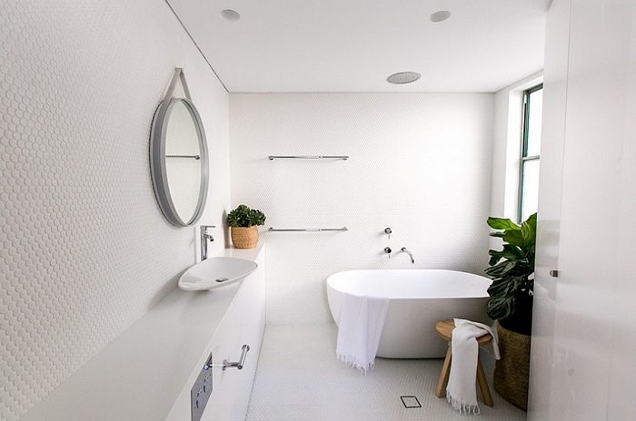 Использование для оформления одной из стен ванной комнаты белоснежной плитки создали элегантную и стильную комнату.