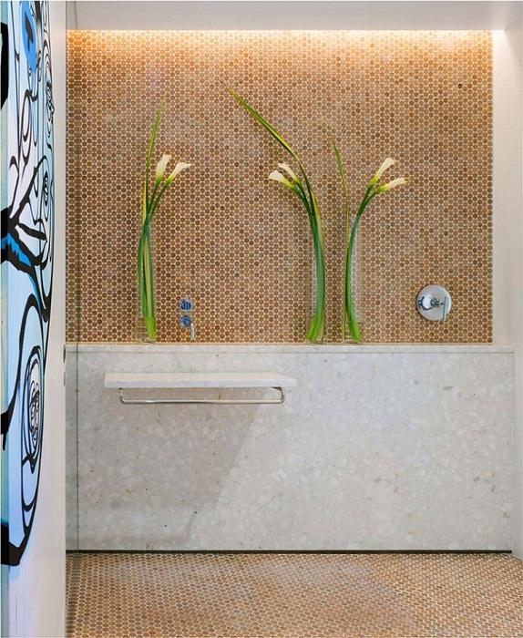 Пробковая коричневая мозаика на стенах и полу ванной комнаты отлично сочетается с крупными квадратными плитами стен из натурального камня серого цвета.