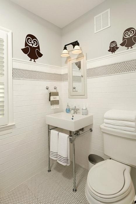 Удачная комбинация белой и серой круглой мозаики преобразили интерьер небольшой ванной в современном стиле.