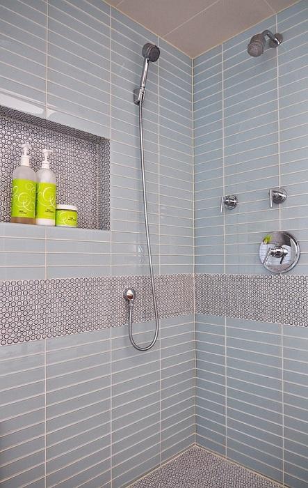 Ванная комната получилась очень стильной, сбалансированной и симметричной при помощи круглой мозаики.