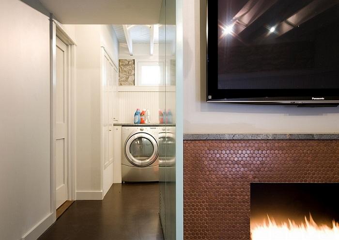 Использование коричневой круглой мозаики, украсит стильный камин гостиной.