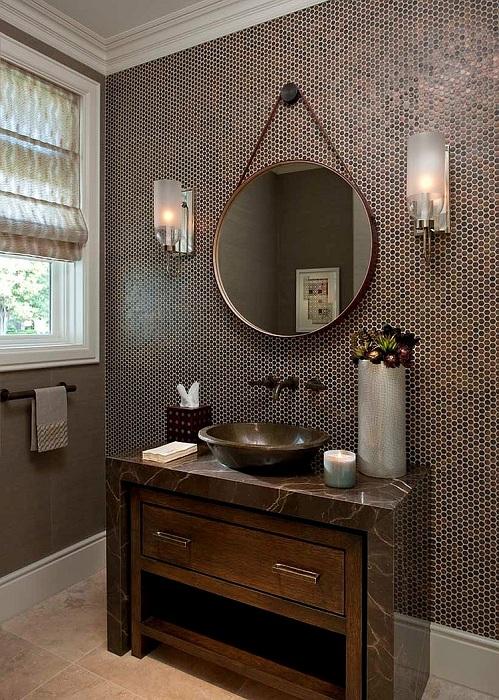 Коричневые кусочки мозаики отлично сочетаются с темно-коричневой деревянной мебелью и стенами ванной комнаты в тон.