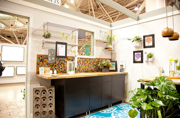 Живые растения в горшках и кадках, яркие картины и аксессуары оживили атмосферу кухонной зоны и сделали кухню динамичной.