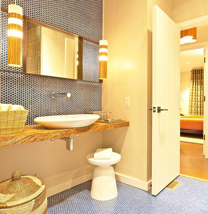Небольшая ванная комната получилась очень стильной, уютной и комфортной благодаря оформлению с помощью мозаики.