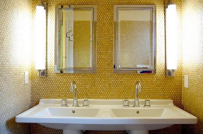 Желтая мозаика отлично сочетается со стандартной белой сантехникой и минималистическими зеркалами ванной комнаты.