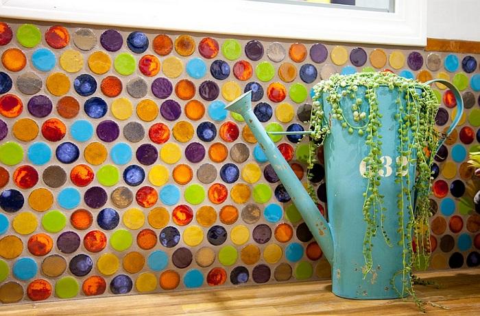 Стены кухни украшены разноцветной круглой мозаикой, которая добавляет яркого и солнечного настроения помещению.