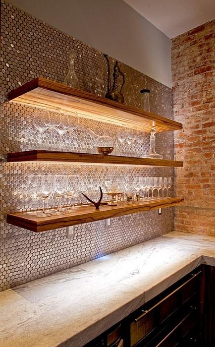 Кухня с серебристой круглой мозаикой смотрится очень стильно и необычно.