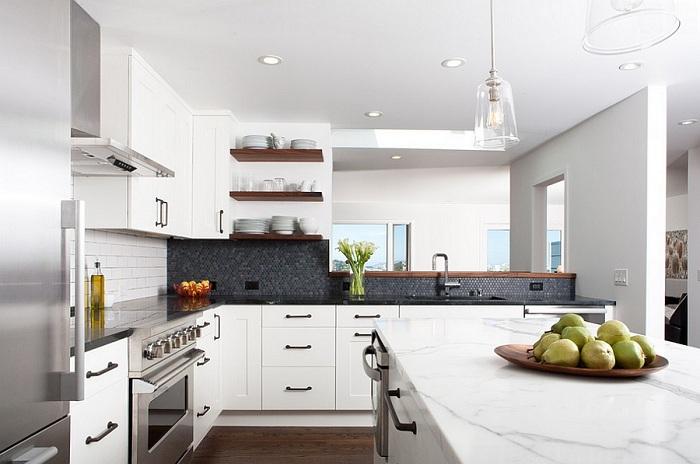 Кухонная зона современной квартиры получилась очень стильной, необычной и всё благодаря мозаике.