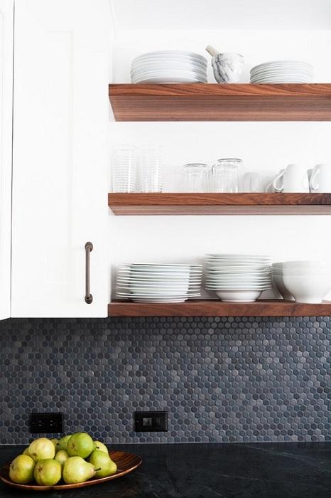 Серая круглая мозаика на стенах кухни отлично сочетается с белой кухонной мебелью, белым мраморным покрытием рабочих столов кухни.