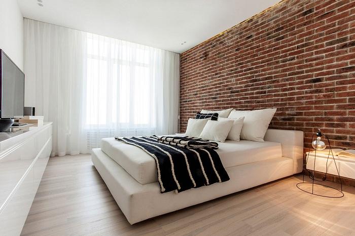 Отличное решение украсить интерьер спальной с помощью использования кирпичной кладки.