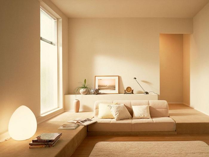 Сонячний настрій можливо створити в гостьовій кімнаті, просто і швидко без будь-яких проблем граючи просто світлом.