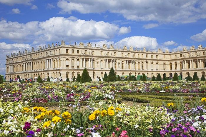 Раскидистые сады Версаля с богатой историей и великолепием, один из самых известных в мире достопримечательностей.