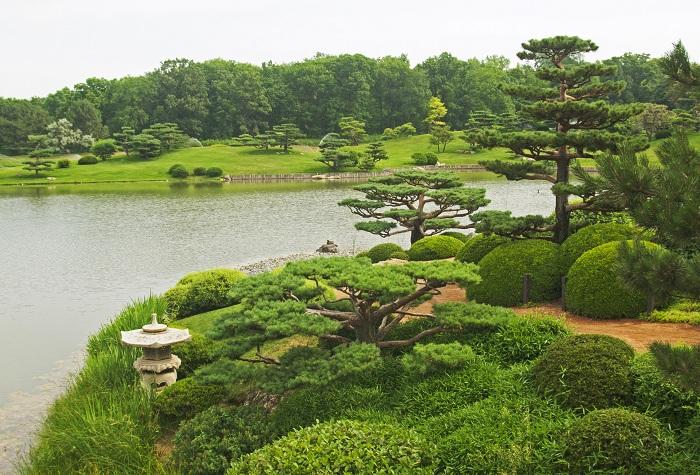 Известен своей необычной красотой - это 385 акров живого музея природы, расположен в четырех средах обитания, включая леса, луга, озера и берегов.