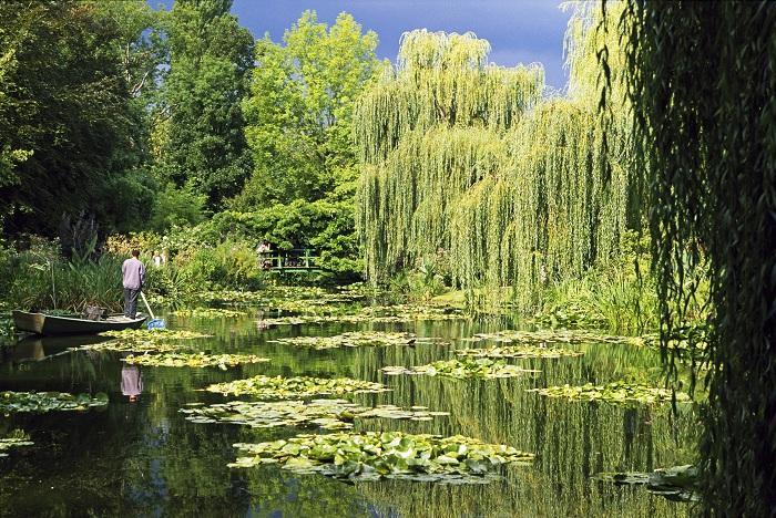 Этот сад основан некоммерческой организацией, занимающейся сохранением дома и сады Клода Моне, впечатляющий цветочный и водный сад в Живерни.