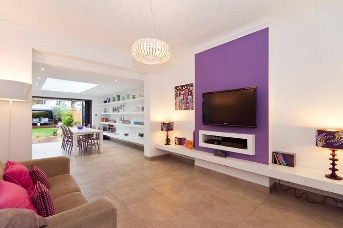 Симпатичный и интересный интерьер гостиной с телевизором, что явно преобразит её.