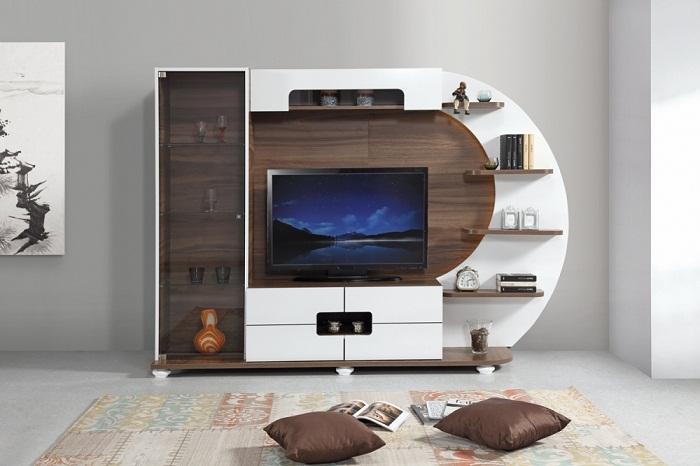 Оптимальный интерьер гостиной с телевизором в светлых тонах.
