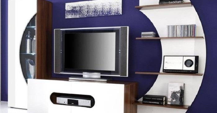 Отменный вариант декора комнаты в фиолетово-белых тонах с телевизором.