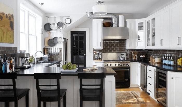 Особенный интерьер кухни в черном цвете, что пропитана элегантностью и шиком.