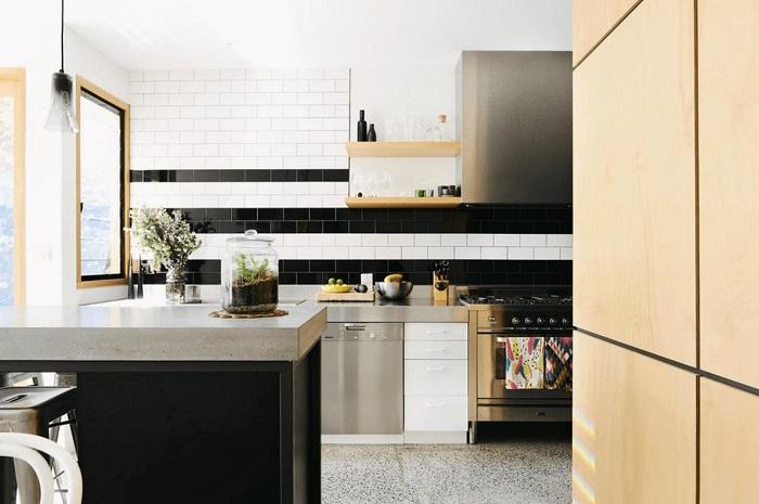 Потрясающий вариант создать кухню в темном цвете с отличной комбинацией разных текстур.