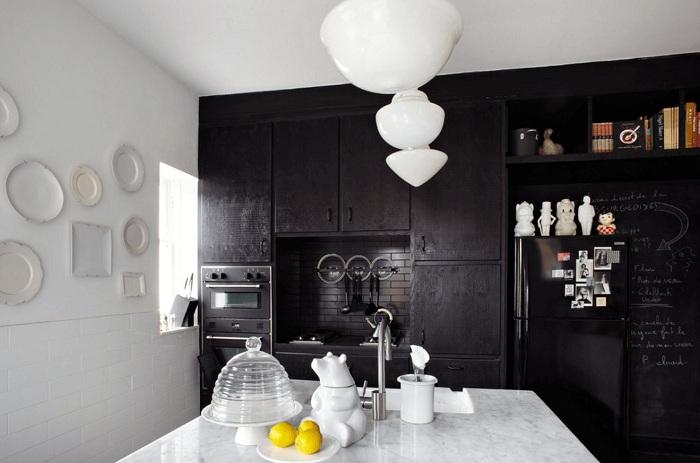 Отличное решение создать интерьер кухни в черно-белых тонах, что станет просто находкой.