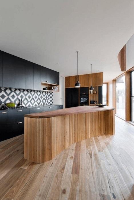Потрясающий интерьер кухни декорированной в черном цвете, что выглядит захватывающе.