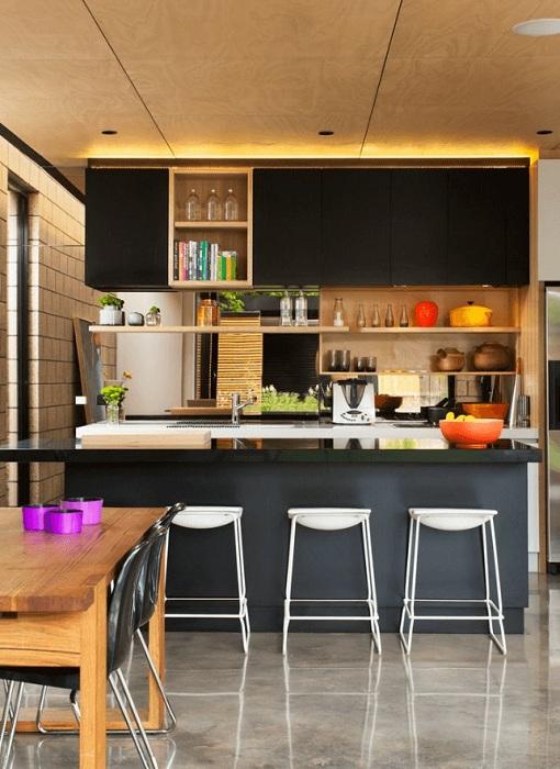 Крутое дизайнерское решение украсить кухню в темных тонах с помощью золотого освещения, что добавит красок.