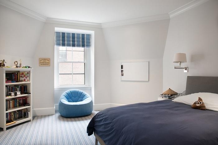 Интересное дополнение к комнате для сна в виде прекрасного голубого цвета, который отлично вписывается в интерьер.
