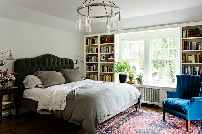 Прекрасна спальня з безліччю різних дрібниць, який в цілому створюють прекрасну атмосферу.