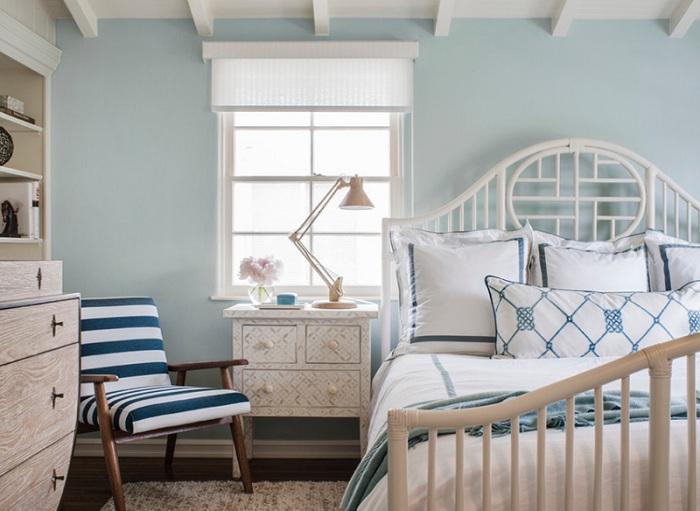 Інтер'єр спальної в світло-блакитному кольорі з цікавим смугастим кріслом, виглядає дуже красиво і просто.