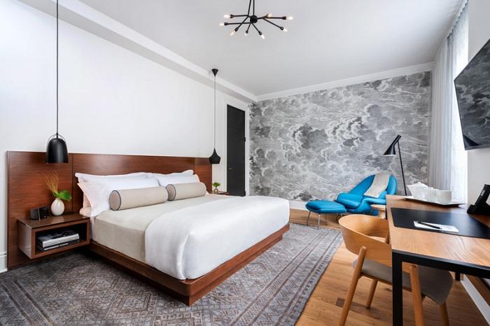 Шикарна домашня обстановка в спальній створена завдяки теплих кольорів і блакитному дуже ефектному крісла.