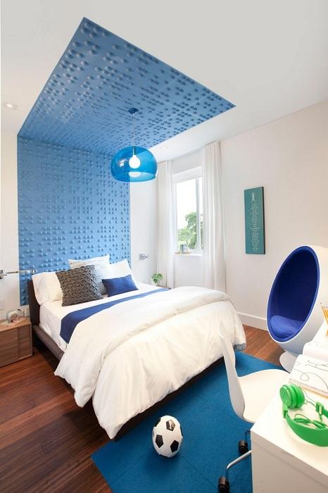 Оформление спальной с синими элементами, порадует глаз и создаст уютную атмосферу.