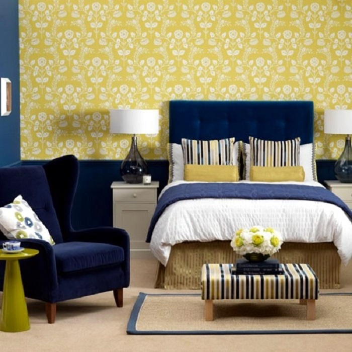 Прекрасный вариант оформления интерьера в синих с желтым цветах, то что порадует глаз.