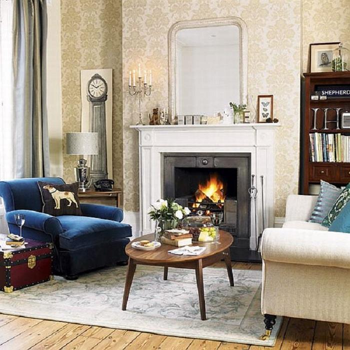 Аристократический интерьер в сочетании с интересным синим креслом, создает отличную атмосферу.