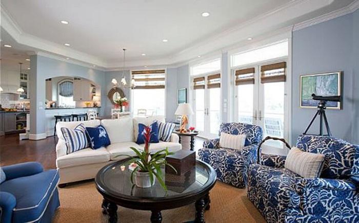 Нежно-голубой интерьер спальной в сочетании с интересными креслами синего цвета - то что нужно.