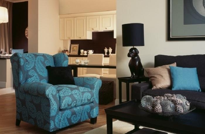 Симпатичний чорно-білий інтер'єр розбавлений синім кріслом, яке створює цікавий образ в кімнаті.