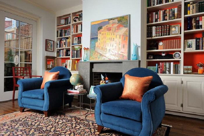 Прекрасний дизайн вітальні з синіми кріслами, надихає і дарує повну атмосферу відпочинку.