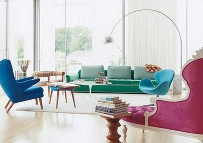 Яркий интерьер гостиной с интересной мебелью и очень практичными и интересными креслами синего цвета.