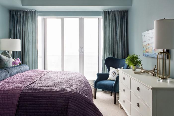 Синее кресло удобно и практично расположилось в углу комнаты, что добавляет атмосфере еще большего уютна.