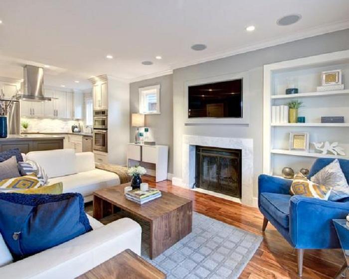 Светлый интерьер гостиной насыщен синими креслами, которые просто отменно вписались в интерьер.