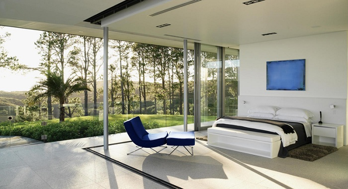 Интересное решение для оформления интерьера в светлых тонах, который дополнен синим ярким креслом.