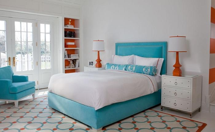 Легкое и воздушное кресло в голубом цвете, которое освежает интерьер спальной и создает определенную зону комфорта.