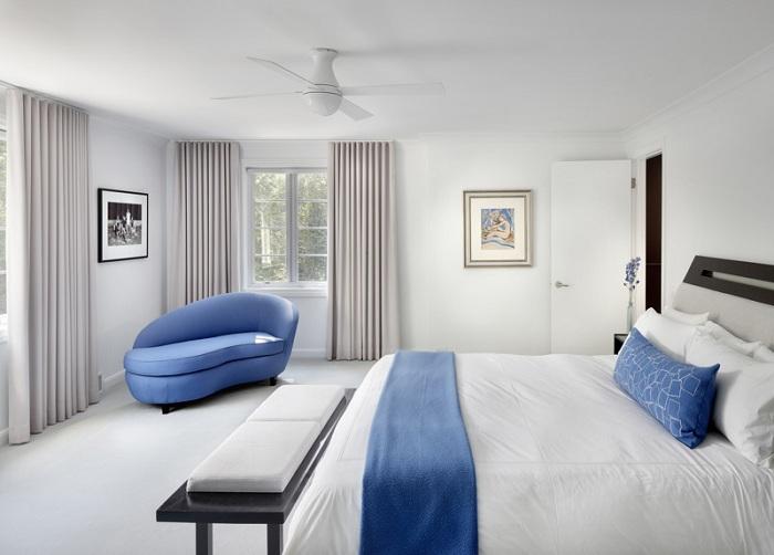Нестандартне і незвичайне крісло в синьому кольорі - прекрасна ідея для оформлення спальної.